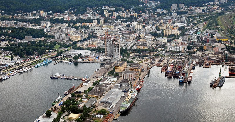 Polski Holding Nieruchomości SA has started the demolition of old post-industrial buildings at the Cutter Quay